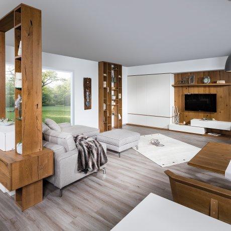 Wohnzimmer mit Raumteiler