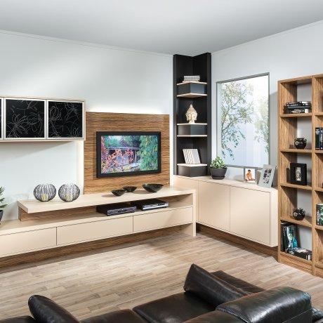Wohnwand mit Stollenregal
